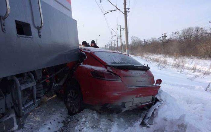 В Тольятти поезд столкнулся с автомобилем Porsche Panamera (1)