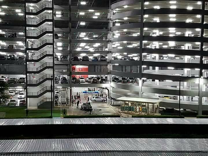 В Тайланде автомобиль свалился с многоэтажной парковки (1)