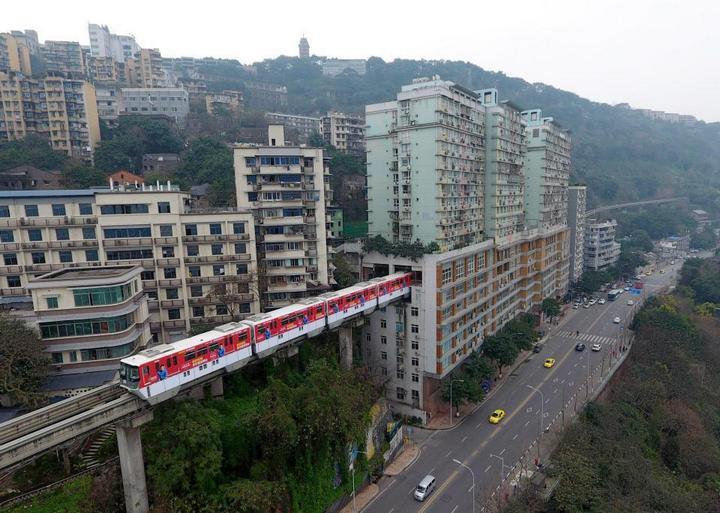 19-этажный дом, сквозь который проходит поезд (1)