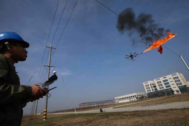 Китайцы начали использовать дроны, которые сжигают мусор застрявший в проводах (3)