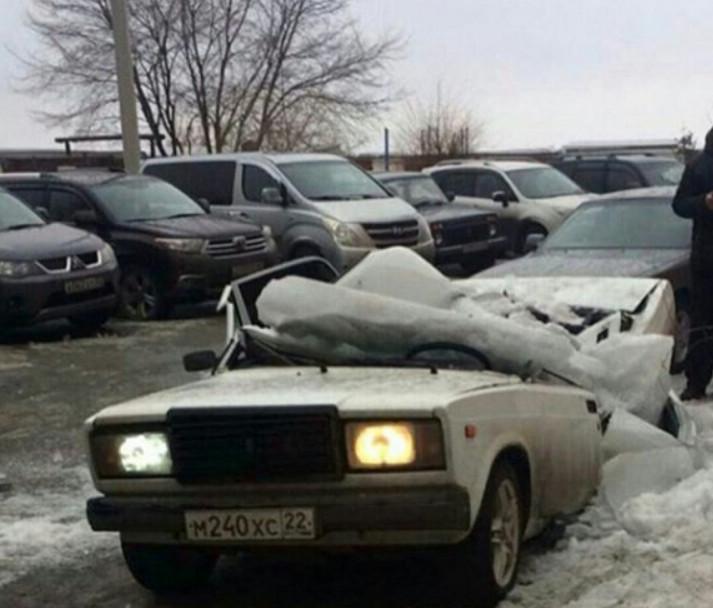 В Бийске кусок льда рсплющил Жигули (4)