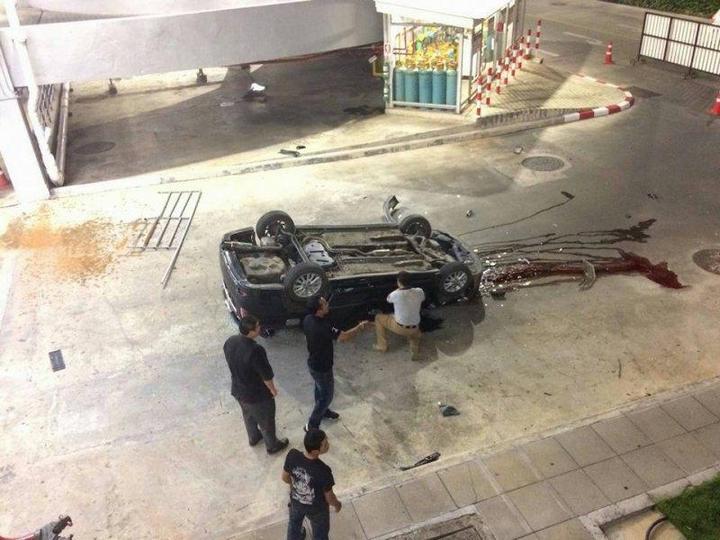 В Тайланде автомобиль свалился с многоэтажной парковки (4)
