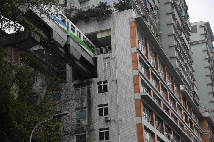 19-этажный дом, сквозь который проходит поезд (5)