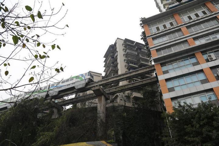 19-этажный дом, сквозь который проходит поезд (6)