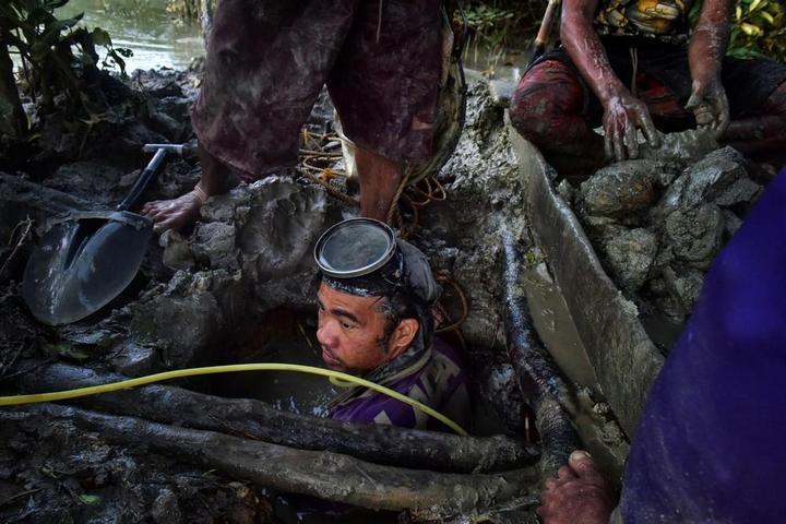 Филиппинский шахтеры рискуют своими жизнями в поисках золота… (8 фото)