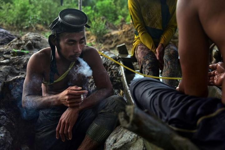 Филиппинский шахтеры рискуют своими жизнями в поисках золота (2)
