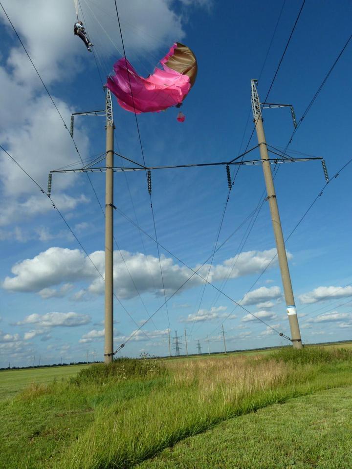Парашютистка зацепилась за высоковольтные провода (2)