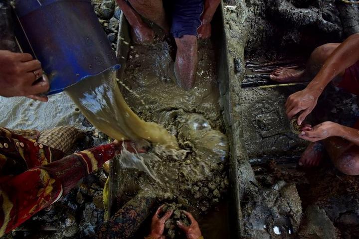Филиппинский шахтеры рискуют своими жизнями в поисках золота (3)
