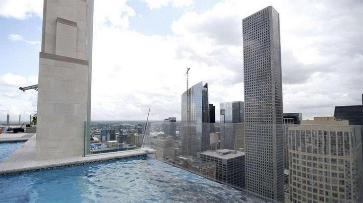 Стеклянный бассейн на высоте 150 метров (3)