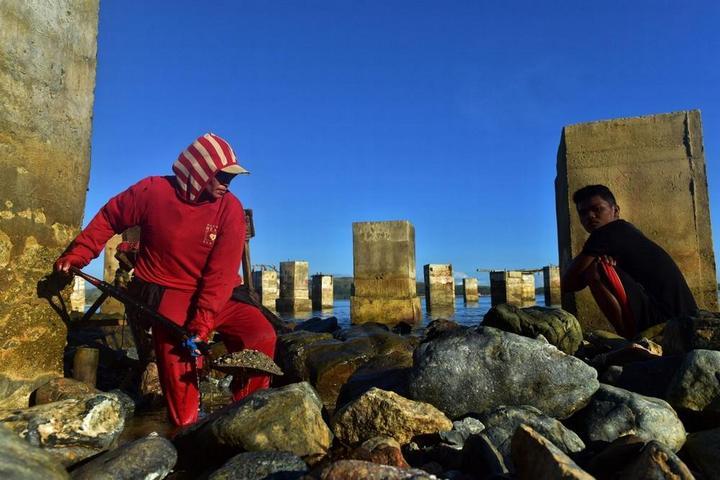 Филиппинский шахтеры рискуют своими жизнями в поисках золота (4)