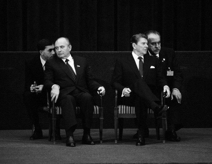 Михаил Горбачев и Рональд Рейган с переводчиками.