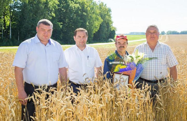 Комбайнер-тысячник Виктор Мильто и три его начальника.
