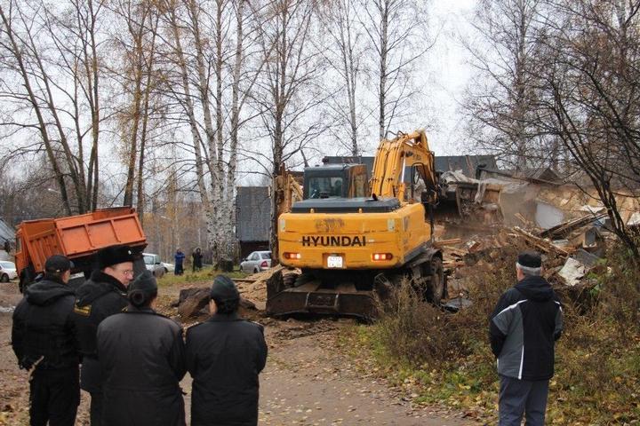 В Перми экскаваторы сносят цыганские дома (2)