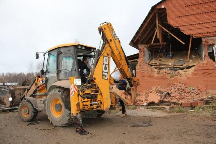 В Перми экскаваторы сносят цыганские дома (3)