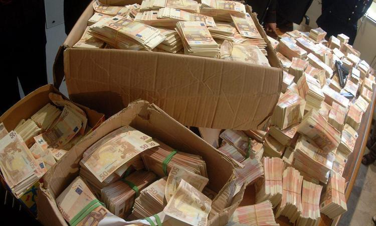 Деньги полковника Захарченко продолжают находить даже после года его ареста