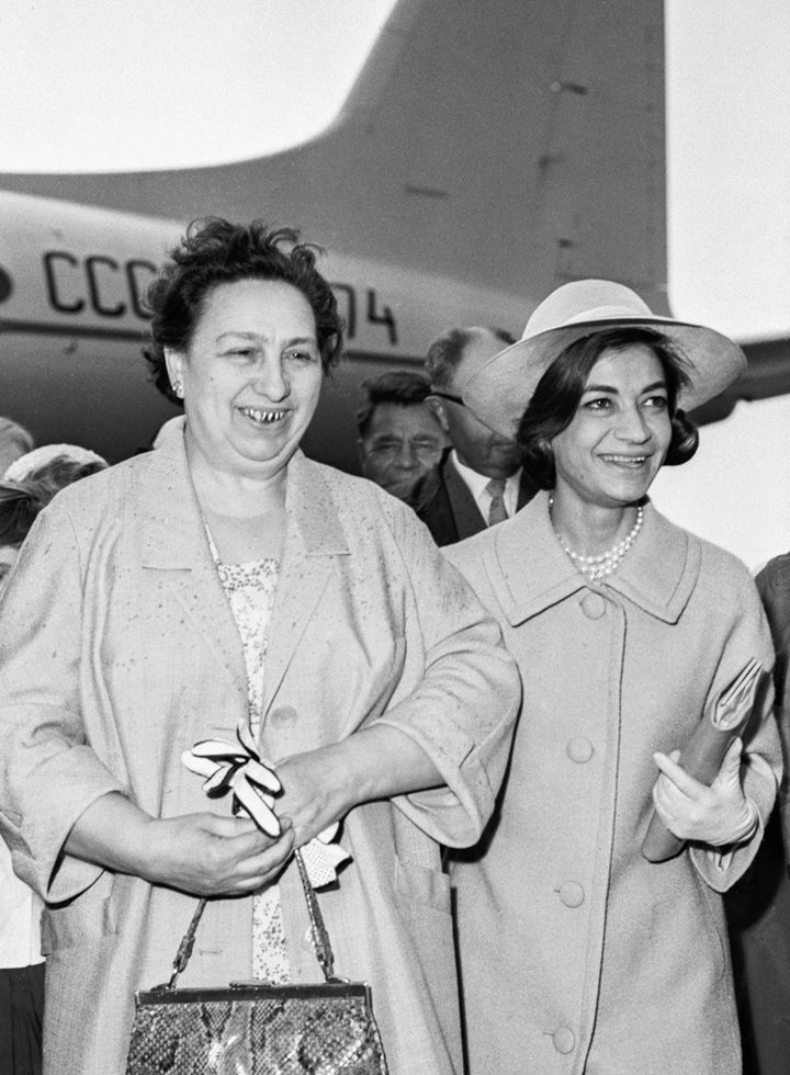 От Хрущевой до Путиной: как выглядели Первые Леди нашей страны (12)
