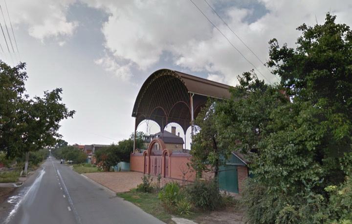 Гигантский навес в одном из домов Краснодара (3)