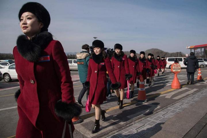 Команда болельщиц из КНДР… (4 фото)