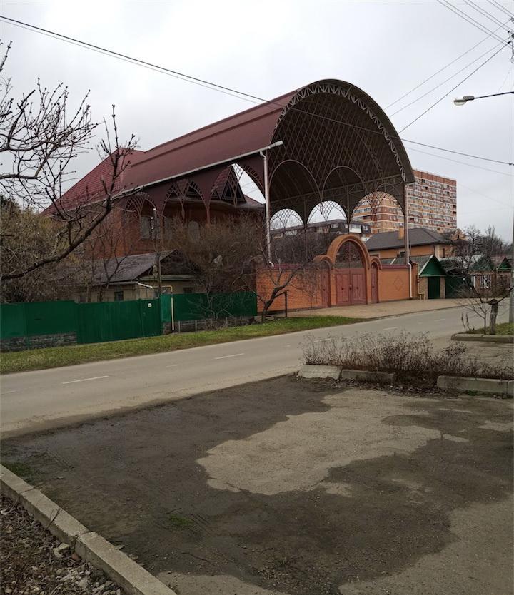 Гигантский навес в одном из домов Краснодара (1)