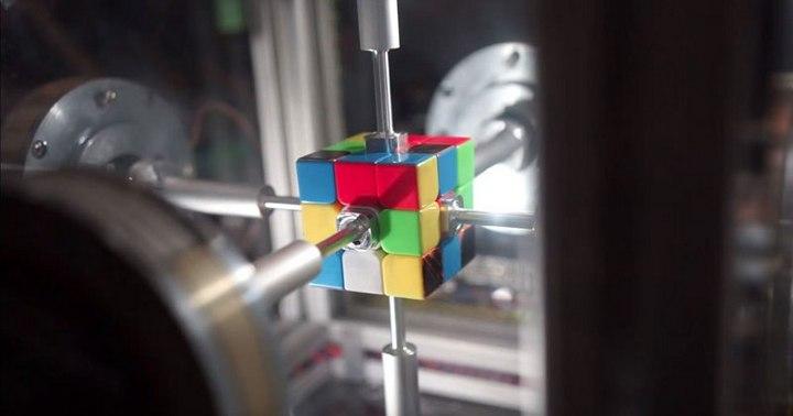 Новый рекорд по сборке Кубика Рубика (1)