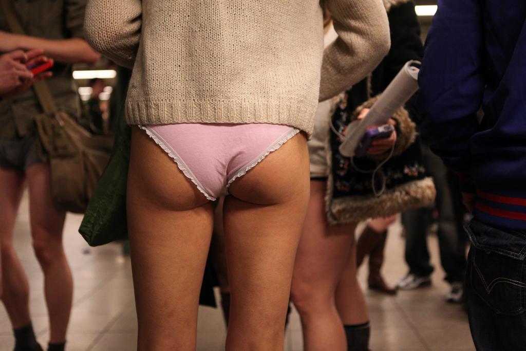 фото девушек со снятыми штанами - 3