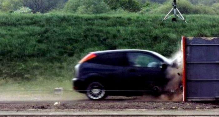 краш-тест, Форд Фокус на скорости 200 км/ч врезается в стену (2)