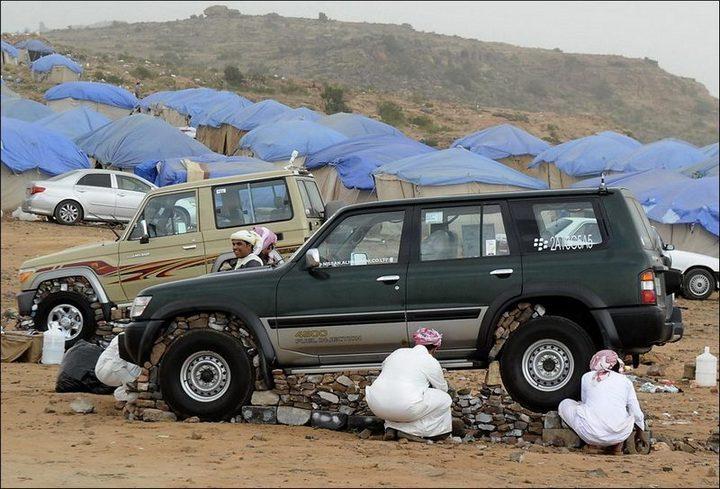 Машины на камнях. Необычное развлечение арабов (3)