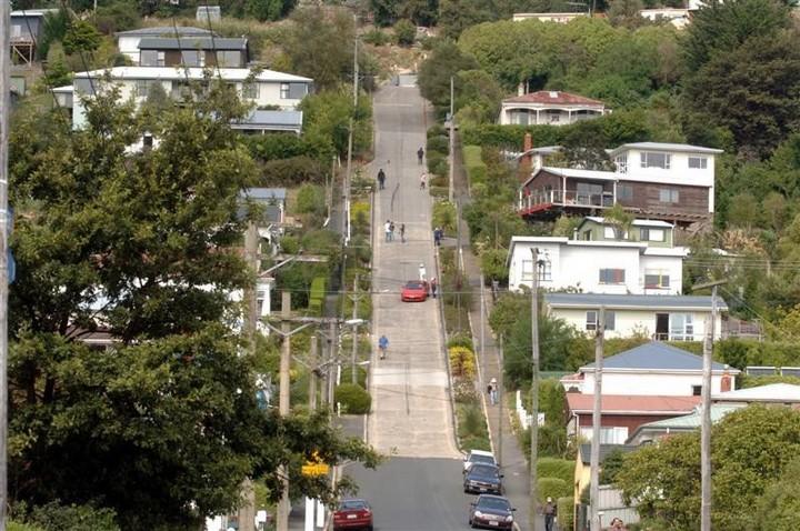 самая крутая улица занесенная в Книгу рекордов Гиннеса, улица на крутом склоне. Самая крутая улица Baldwin Street в Новой Зеландии (6)