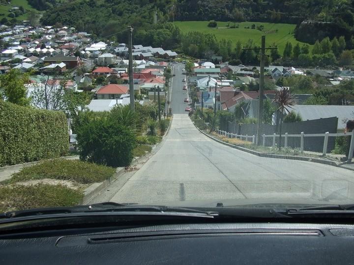 самая крутая улица занесенная в Книгу рекордов Гиннеса, улица на крутом склоне. Самая крутая улица Baldwin Street в Новой Зеландии (8)