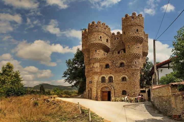 Человек построивший замок в одиночку в Испании (1)