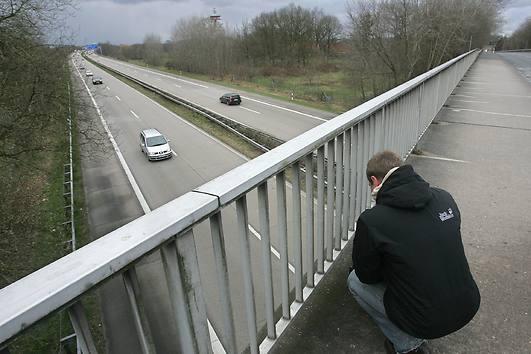 Неизвестные скидывают камни с моста на проезжавшие мимо автомобили (1)