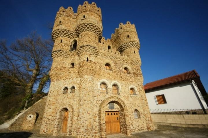 Человек построивший замок в одиночку в Испании (2)