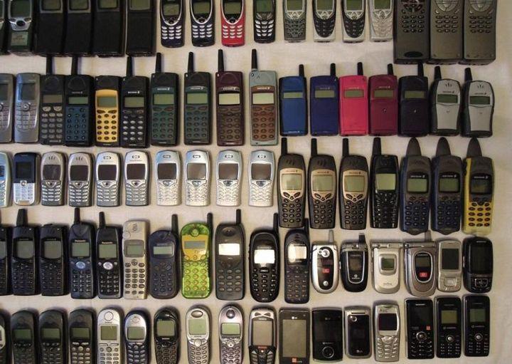 коллекция состоящая из 175 старых мобильных телефонов (2)