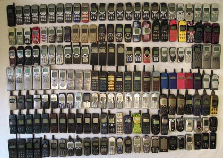 коллекция состоящая из 175 старых мобильных телефонов (3)