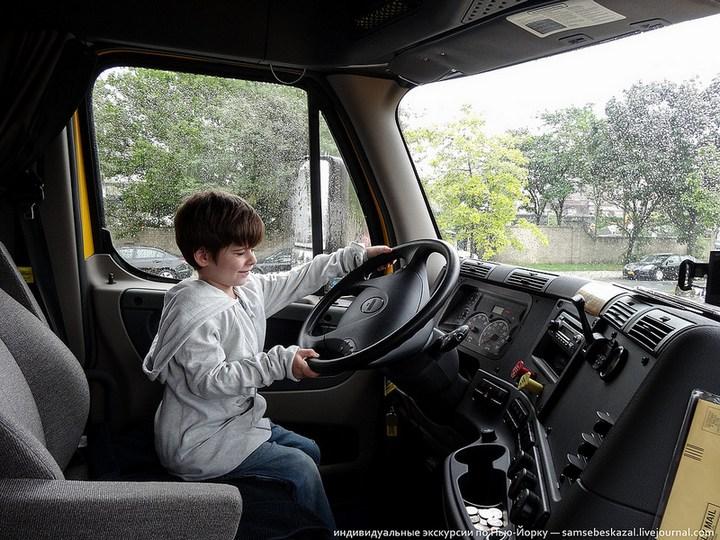 Американский грузовик Freighliner Cascadia внутри кабины, как выглядит американский тягач внутри, органы управления (14)