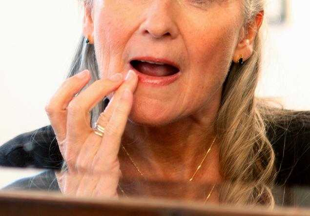 Пенсионерка спросонья намазала губы суперклеем (3)