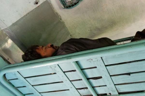 Как спят люди в Индии (17)