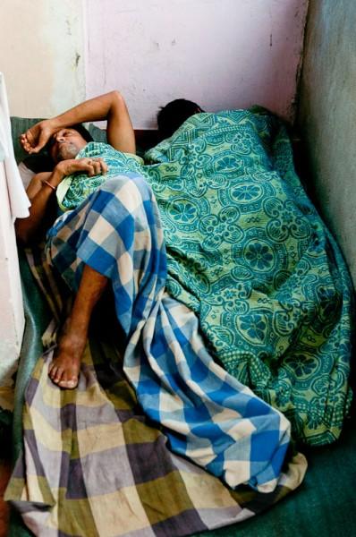 Как спят люди в Индии (13)