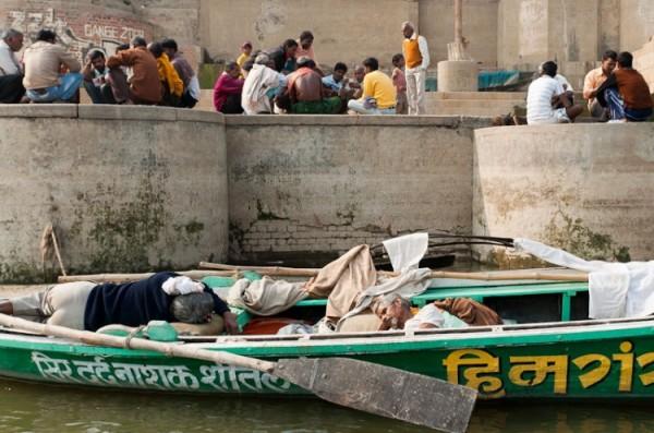 Как спят люди в Индии (8)