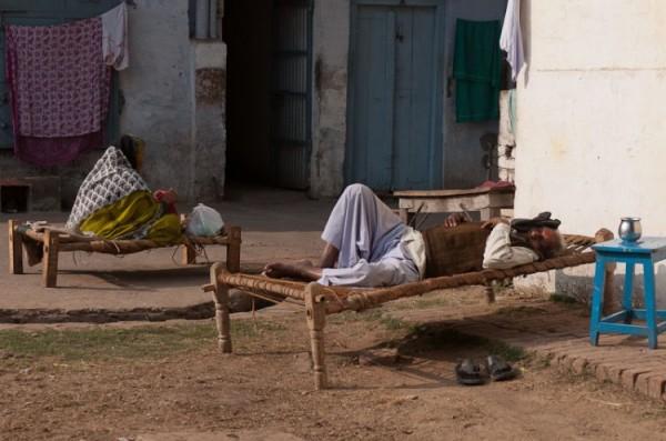 Как спят люди в Индии (5)