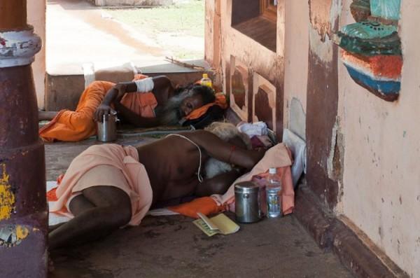 Как спят люди в Индии (4)