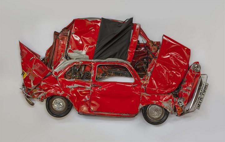 Спрессованные, раздавленные старые машины как искусство (1)
