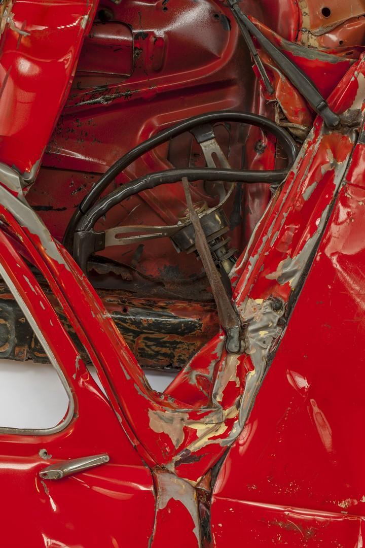Спрессованные, раздавленные старые машины как искусство (3)