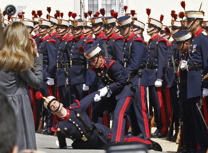Фото солдат почетного караула падающих в обморок (20)
