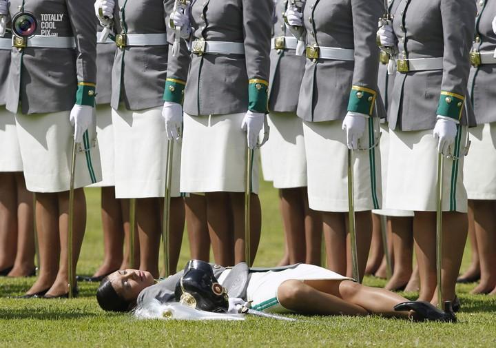 Фото солдат почетного караула падающих в обморок (18)