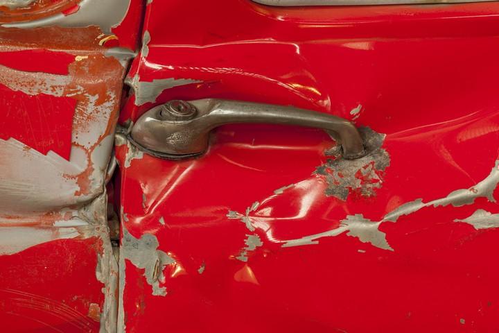 Спрессованные, раздавленные старые машины как искусство (7)
