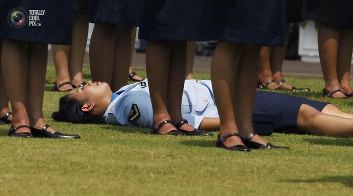 Фото солдат почетного караула падающих в обморок (16)