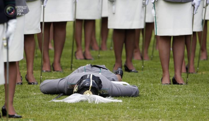 Фото солдат почетного караула падающих в обморок (15)