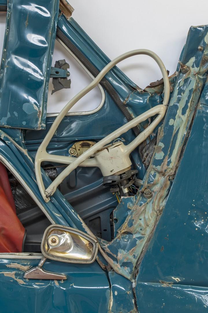Спрессованные, раздавленные старые машины как искусство (11)