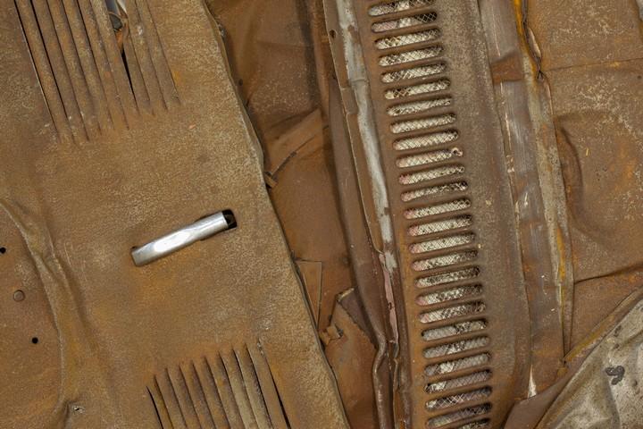 Спрессованные, раздавленные старые машины как искусство (15)
